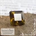 Зеленовато-коричневый топазолит (андрадит) из России огранка квадрат 4,74мм 0.74 карата