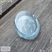 Резная икона Казанской Божией Матери на небесно-голубом топазе работы огранщиков Баснословно овал 21,5x16,58мм 21,08 карат (Драгоценный камень)