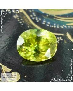 Желтовато-зелёный сфен (титанит) из Афганистана огранки овал 9,18x7,41мм 2,49 карата