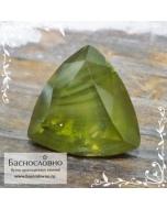 Натуральный уральский жёлто-зелёный демантоид из России (гранат андрадит) с конским хвостом огранка триллион 8мм 2.2 карата (Драгоценный камень)