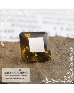 Зеленовато-коричневый топазолит (андрадит) из России огранка квадрат 4,74мм 0,74 карата